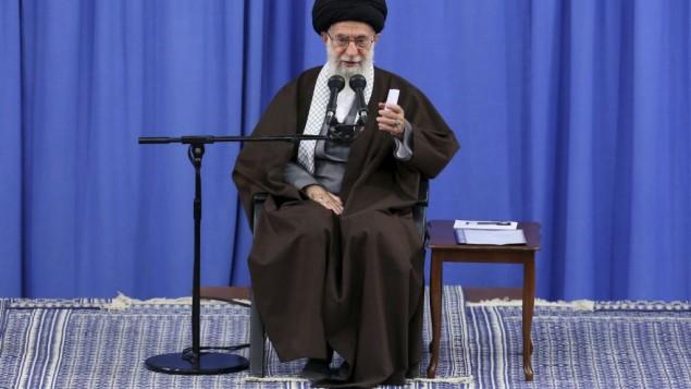 خامنهای ولی فقیه حین سخنرانی در مقابل جمعی از معلمان در تهران