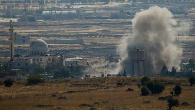 توضیح تصویر: تزئینی – دود و انفجار زدوخوردهای میان نیروهای وفادار به بشار اسد و شورشیان در منطقهی قنیطره چنان که از بلندیهای جولان در ۱۷ ژوئن ۲۰۱۵ مشاهده شده است