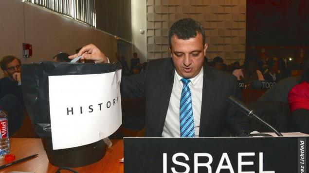 توضیح تصویر: کامل شاما-حاکوهن سفیر اسرائیل در یونسکو نسخهی از قطعنامه را توی سطل زباله میاندازد – ۲۶ اکتبر ۲۰۱۷