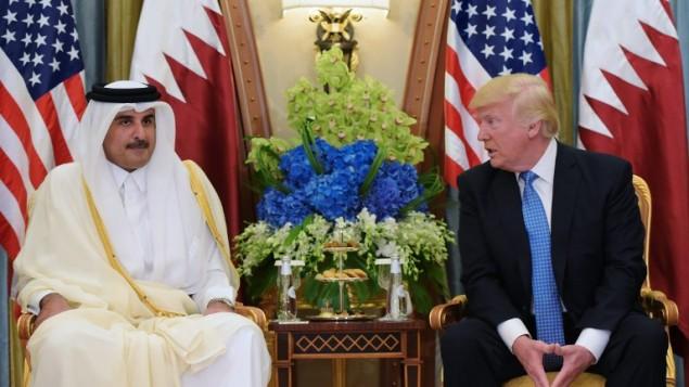توضیح تصویر: دونالد ترامپ رئیس جمهور ایالات متحده، راست، در جلسهای با شیخ تمیم بن حماد الثانی امیر قطر، یکشنبه ۲۱ مه ۲۰۱۷