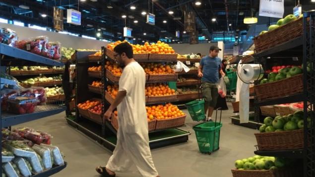 توضیح تصویر: مشتریها در حال خرید در فروشگاه المئرا در دوحه، پایتخت قطر، ۱۰ ژوئن ۲۰۱۷