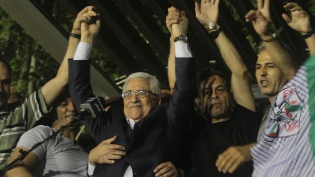 توضیح تصویر: محمود عباس در جشن بازگشت زندانیهای فلسطینی که به عنوان بخشی از مذاکرات صلح اسرائیل و فلسطین در اوت ۲۰۱۳ آزاد شدند