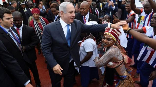 توضیح تصویر: بنیامین نتانیاهو نخست وزیر در فرودگاه مورویا، پایتخت لیبریا، هنگام ورود برای بازدید رسمی در ۴ ژوئن ۲۰۱۷