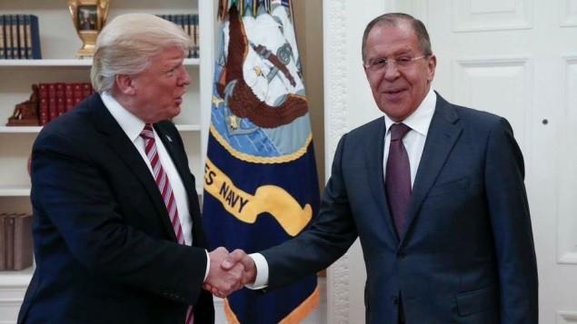 توضیح تصویر: دونالد ترامپ رئیس جمهور ایالات متحده با سرگئی لاوروف وزیر خارجهی روسیه در اتاق بیضی کاخ سفید واشنگتن – ۱۰ مه ۲۰۱۷
