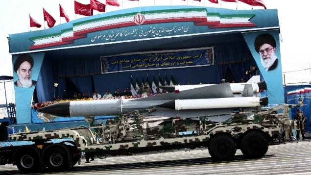 توضیح تصویر: عکس تزئینی، یک سامانهی موشکی اس۲۰۰ زمین به هوا در حال رژه از مقابل فرماندهان ارتش ایران در روز ارتش، تهران – ۱۸ آوریل ۲۰۱۵