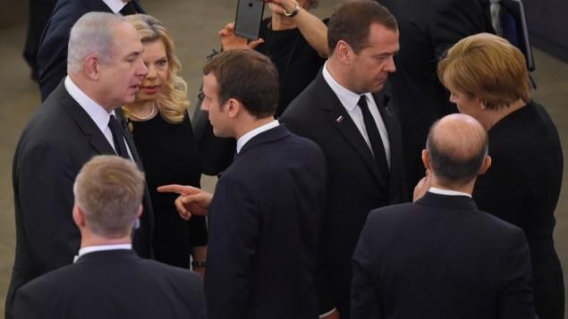 توضیح تصویر: امانوئل مکرون رئیس جمهور فرانسه (وسط) هنگام سخنرانی و در اشاره به بنیامین نتانیاهو نخست وزیر اسرائيل (چپ) و همسرش سارا (چپ) در پارلمان اروپا در سالزبورگ، فرانسه – ۱ ژوئیه ۲۰۱۷