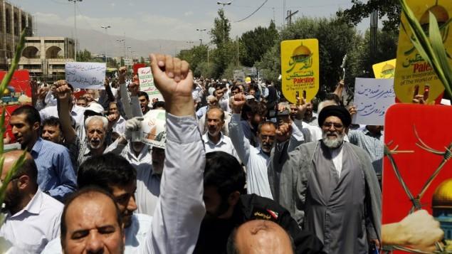 توضیح تصویر: پس از نماز جمعهی ۲۸ ژوئیه ۲۰۱۷ ،  ایرانیها در تهران پلاکاردهای ضد اسرائیلی دست گرفتند و علیه اقدامات امنیتی اسرائیل در تپهی معبد مقدس شهر قدیم اورشلیم شعارهای ضد اسرائیلی دادند