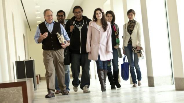 توضیح تصویر: گاری واسرمن، چپ، در راهرو پردیس جرجتاون قطر به همراه دانشجویاناش در ۲۰۱۲