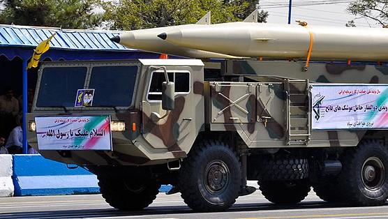 توضیح تصویر: عکس از یک موشک فتاح ۱۱۰، از نمونههای پیشین ذوالفقار، در یکی از رژههای سپاه