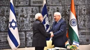 توضیح تصویر: نراندرا مودی نخست وزیر هند حین دست دادن با پرزیدنت رووین ریولین در اقامتگاه ریولین در اورشلیم – چهارشنبه ۵ ژوئیه ۲۰۱۷