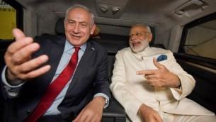 توضیح تصویر: بنیامین نتانیاهو نخست وزیر نشسته در اتوموبیل در کنار همتای هندی خود، مودی، پس از ورود مودی به فرودگاه بینالمللی بن گوریون تل آویو در ۴ ژوئیه ۲۰۱۷