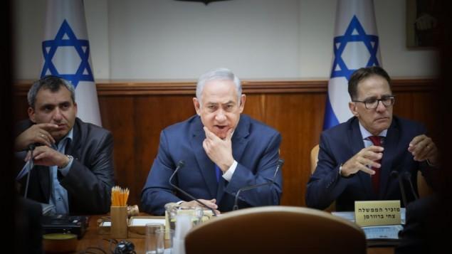 توضیح تصویر: بنیامین نتانیاهو نخست وزیر (وسط) در جلسهی هفتگی کابینه – ۹ ژوئیه ۲۰۱۷