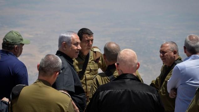 توضیح تصویر: بنیامین نتانیاهو نخست وزیر، آویگدور لیبرمن وزیر دفاع، گادی آیزنکوت رئیس ستاد نیروی دفاعی از مرز شمالی در بلندیهای جولان بازدید کردند