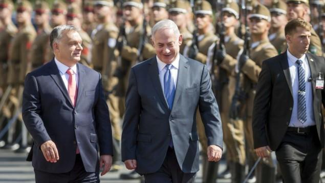 توضیح تصویر: در بازدید رسمی چهار روزه از مجارستان، بنیامین نتانیاهو نخست وزیر اسرائیل، راست، و ویکتور اوربان همتای مجار وی در مراسم مقابل بنای پارلمان بوداپست در مجارستان – سهشنبه ۱۸ ژوئن