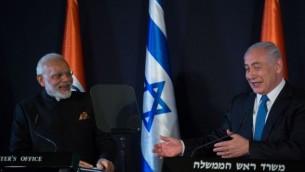 توضیح تصویر: بنیامین نتانیاهو نخست وزیر اسرائيل، راست، با نراندرا مودی همتای هندی خود در هتل کینگ دیوید اورشلیم دیدن میکند – ۵ ژوئیه ۲۰۱۷