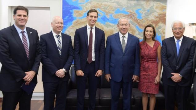 ران درمر سفیر اسرائیل در ایالات متحده ، جیسون گرینبلات سفیر خاورمیانهی پرزیدنت دونالد ترامپ، جراد کوشنر مشاور ارشد کاخ سفید، بنیامین نتانیاهو نخست وزیر، دنیا پاول معاون استراتژیک مشاور امنیت ملی، دیوید فریدمن سفیر ایالات متحده در اسرائيل حین دیدار در تل آویو