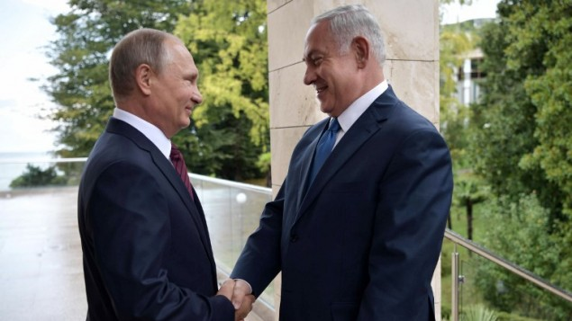 توضیح تصویر: ولادیمیر پوتین رئیس جمهور روسیه (چپ) به بنیامین نتانیاهو نخست وزیر پیش از دیدار در سوچی خوشامد میگوید – ۲۳ اوت ۲۰۱۷