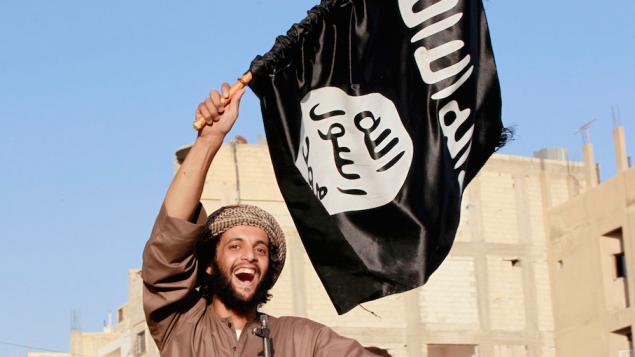 یک تروریست داعشی با پرچم گروه