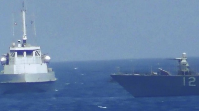 در عکسی که  سهشنبه ۲۵ ژوئیه ۲۰۱۷  از منظر نیروی دریایی ایالات متحده ارائه تا نشان دهد کشتی ایرانی به تاندربولت، راست، کشتی گشت ساحلی یواساس نزدیک میشود.