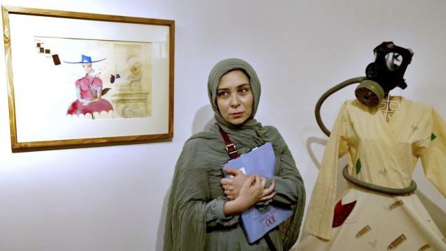توضیح تصویر: نرگس موسوی، نقاش ایرانی و دختر میرحسین موسوی در نمایشگاه نقاشی خود در «خانهی طراحان آزاد» در تهران، ایران – ۱ اوت ۲۰۱۷