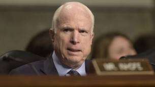 سناتور جان مککین، رئیس کمیتهی نیروهای مسلح سنا از آریزونا حین گفتگو
