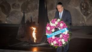 توضیح تصویر: آنتونیو گاترز دبیرکل سازمان ملل متحد تاج گلی در موزهی یادبود هولوکاست در یاد وشام مینهد – ۲۸ اوت ۲۰۱۷