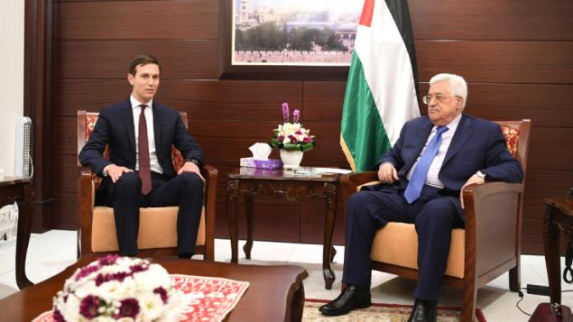 توضیح تصویر: مشاور ارشد کاخ سفید جراد کوشنر (چپ) طی دیدار با محمود عباس رئیس تشکیلات خودگردان فلسطینی در رامالله – ۲۴ اوت ۲۰۱۷