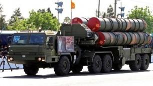 توضیح تصویر: کامیون ارتشی ایرانی قطعات سامانهی موشک دفاعی اس۳۰۰ را حین در رژهی روز ارتش حمل میکند – ۱۸ آوریل ۲۰۱۷، تهران