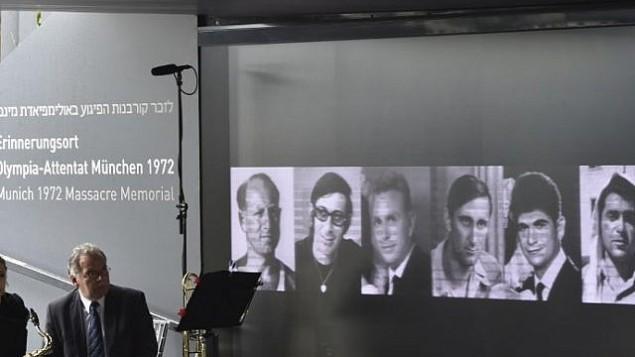 عکس چند تن از ورزشکاران اسرائيل که در المپیک ۱۹۷۲ مونیخ به قتل رسیدند، در مرکز یادبود دهکدهی المپیک  به دیوار آویخته است