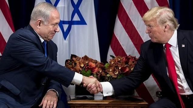 توضیح تصویر: بنیامین نتانیاهو نخست وزیر و دونالد ترامپ رئیس جمهور ایالات متحده حین دست دادن پیش از جلسه در هتل پالاس نیویورک، و قبل از شروع مجمع عمومی سازمان ملل در ۱۸ سپتامبر ۲۰۱۷