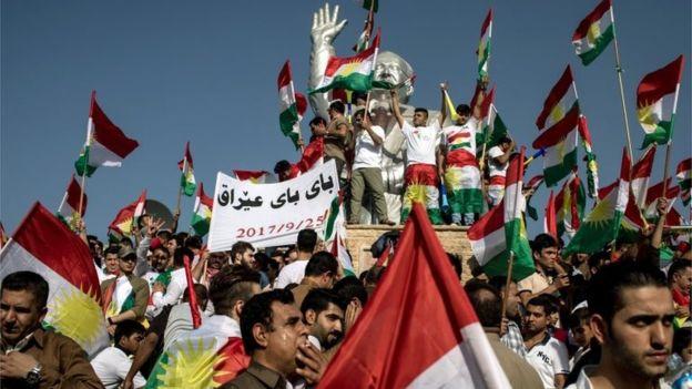 توضیح تصویر: کوردهای عراقی با پرچم کوردی در خیابانهای شهر شمالی کرکوک در پی رفراندم استقلال ۲۵ سپتامبر ۲۰۱۷ به شادی مشغولاند