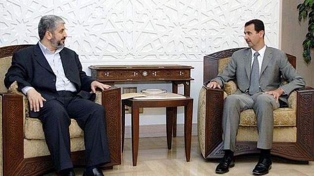 در عکسی از خبرگزاری سانا، بشار اسد رئیس جمهور سوریه، راست، در ملاقات با فرماندهی شاخهی سیاسی وقت، خالد مشعل در دمشق، ۳ ژوئیهی ۲۰۰۸