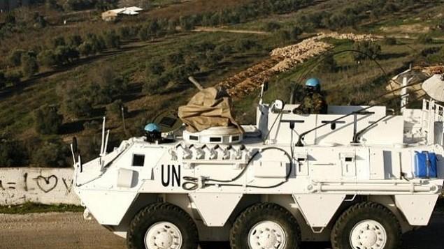 توضیح تصویر: یک رانندهی اسپانیایی عضو نیروهای حافظ صلح سازمان ملل در حال راندن یک زرهپوش در شهر ادیسهی لبنان در نزدیکی مرز اسرائيل – ۱۹ ژانویه ۲۰۱۵
