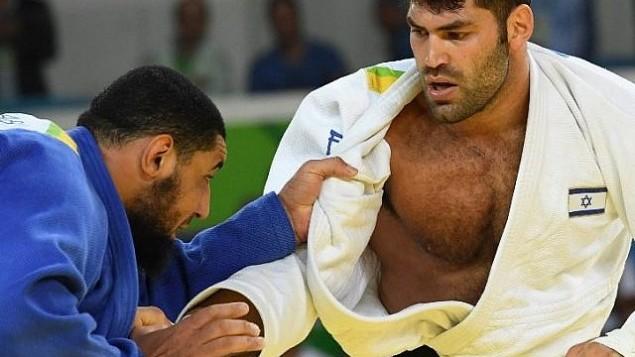 توضیح تصویر: عکس تزئینی، اور ساسون اسرائیل (سفید) در رقابت را اسلام الشهابی مصر در مسابقهی روی ۱۰۰ کیلوگرم جودو، المپیک ۲۰۱۶ ریو دوژانیر – ۱۲ اوت ۲۰۱۶