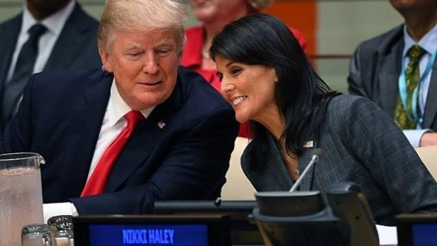 توضیح تصویر: دونالد ترامپ رئیس جمهور ایالات متحده و نیکی هیلی سفیر ایالات متحده در سازمان ملل حین گفتگو در جلسهی رفورم سازمان ملل در مقر سازمان ملل – ۱۸ سپتامبر ۲۰۱۷