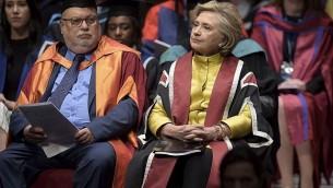 توضیح تصویر: هیلاری رودهام کلینتون سیاستمدار ایالات متحده، راست، در تالار دانشگاه سوانسی پیش از دریافت دکترای افتخاری به خاطر تلاش در راستای حقوق خانواده و کودکان در سراسر جهان – ۱۴ اکتبر ۲۰۱۷