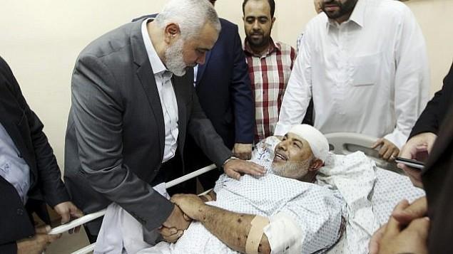 توضیح تصویر: در عکسی که در دفتر رسانهای حماس منتشر شده، رئیس دفتر سیاسی گروه تروریستی حماس در بیمارستان شفای شهر غزه از توفیق ابونعیم دیدن میکند – ۲۷ اکتبر ۲۰۱۷