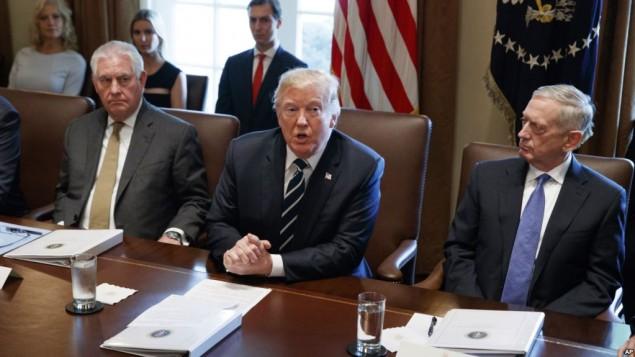 ترامپ در جلسه هیئت دولت میان وزیران دفاع و خارجه