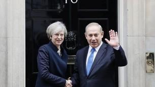توضیح تصویر: ترزا می نخست وزیر بریتانیا حین استقبال از بنیامین نتانیاهو نخست در ساختمان شماره ۱۰ خیابان داونینگ لندن – ۶ فوریه ۲۰۱۷