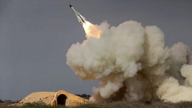 توضیح تصویر: در عکسی از ۲۹ دسامبر ۲۰۱۶ آژانس خبری ایسنا پرتاب موشک دوربرد اس۲۰۰ در مانور نظامی در بندر بوشهر، ساحل شمالی خلیج فارس، ایران
