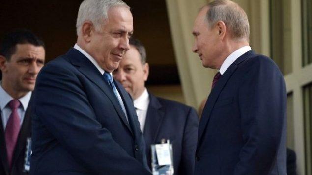 توضیح تصویر: ولادیمیر پوتین رئیس جمهور روسیه (راست) با بنیامین نتانیاهو نخست وزیر در دیدار سوچی دست میدهد – ۲۳ اوت ۲۰۱۷