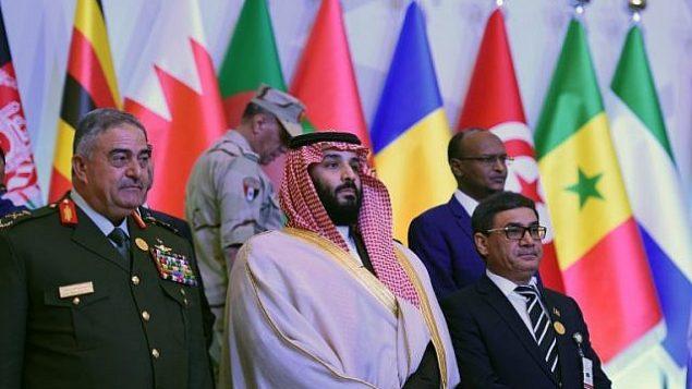 ولیعهد عربستان سعودی و وزیر دفاع این کشور، محمد بن سلمان (وسط) برای عکس دستهجمعی با دیگر وزرای دفاع و مقامات رسمی ۴۱ کشور عضو، در اتحاد ضد تروریسم به رهبری عربستان سعودی در ریاض، مقابل دوربین ایستاد