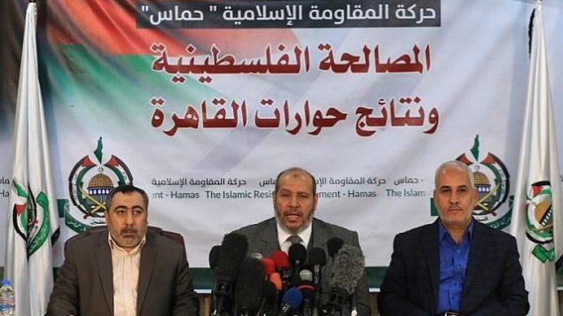 خلیل الحیا رهبر سیاسی ارشد جنبش تروریستی حماس، وسط، به همراه فوزی برهوم سخنگوی حماس، راست، در کنفرانس مطبوعاتی شهر غزه
