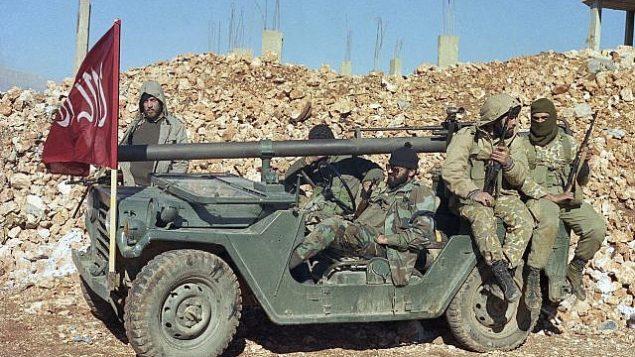 توضیح تصویر: عکس از ۵ دسامبر ۱۹۸۹، مردان مسلح ماسکدار گروه تروریستی شیعهی هوادار ایران، با یونیفرمهای ارشتی، در روستایی در سوهمور لبنان