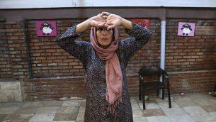 توضیح تصویر: عکس متعلق به ۲۷ سپتامبر ۲۰۱۷، محبوبه زینعلی، اچآیوی مثبت، در کلاس بازیگری گروه مددکاری احیای ارزشها در انستیتوی تهران، ایران را نشان میدهد.