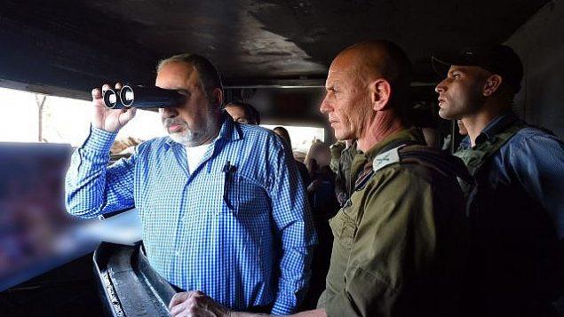 توضیح تصویر: آویگدور لیبرمن وزیر دفاع در بازدید از مرز شمالی اسرائیل – ۱۴ نوامبر ۲۰۱۷