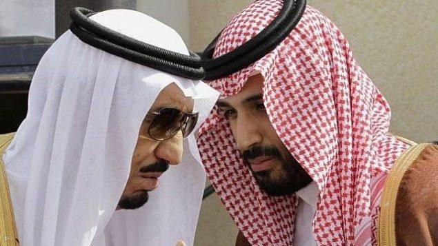 توضیح تصویر: شاه سلمان سعودی، چپ، در گفتگو با پسر خود محمد بن سلمان، ولیعهد، حین انتظار ورود رهبران عرب خلیج، پیش از گشایش نشست شورای همکاری خلیج در ریاض – مه ۲۰۱۲