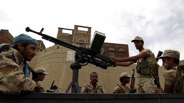 توضیح تصویر: عکس تزئینی – شورشیان مسلح حوثی سوار کامیون در تظاهراتی در صنعا، پایتخت – ۲۴ ژوئیه ۲۰۱۵