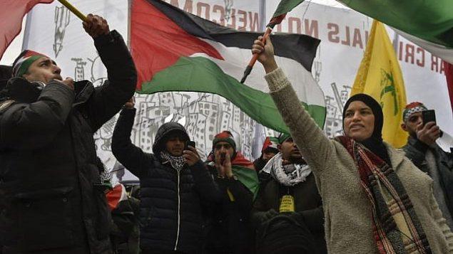 توضیح تصویر: مردم با پرچمهای فلسطینیان در دست، حین تظاهرات نزدیک مقر اتحادیهی اروپا در بروکسل – ۱۱ دسامبر ۲۰۱۷