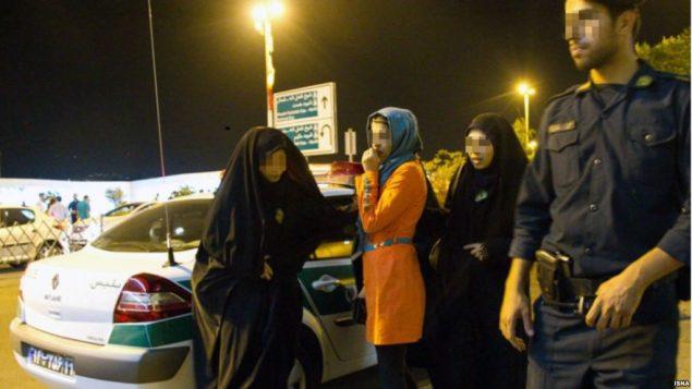صحنه ای از بازداشت جوانان و زنان در ایران به دلیل پیدا بودن موی آنان